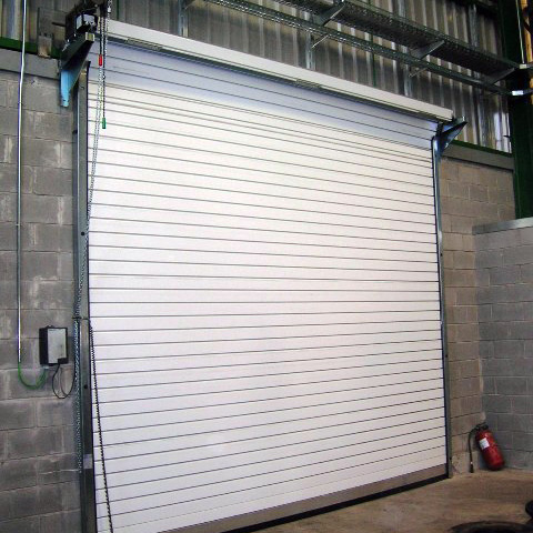 Puerta enrollable aislaimento interior 480x480