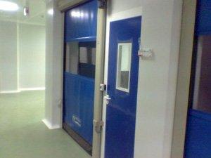 Puerta enrollable sala blanca 02