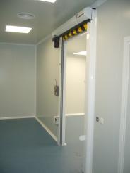 Puerta enrollable sala blanca 04
