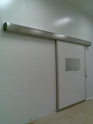 Puerta enrollable sala blanca 05