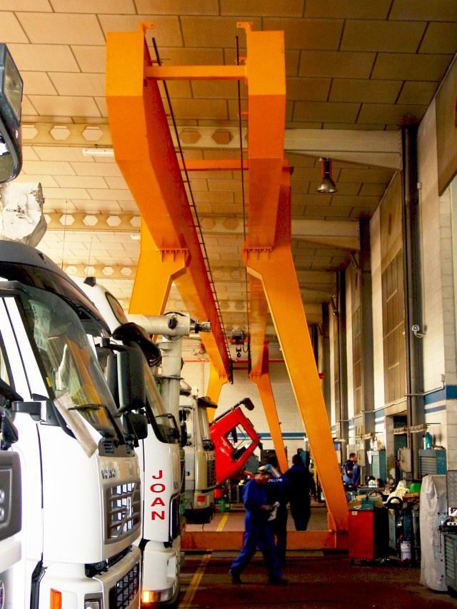 Gantry crane with cantilever