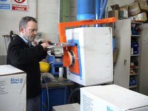 Loading of boxes by lateral suction cup