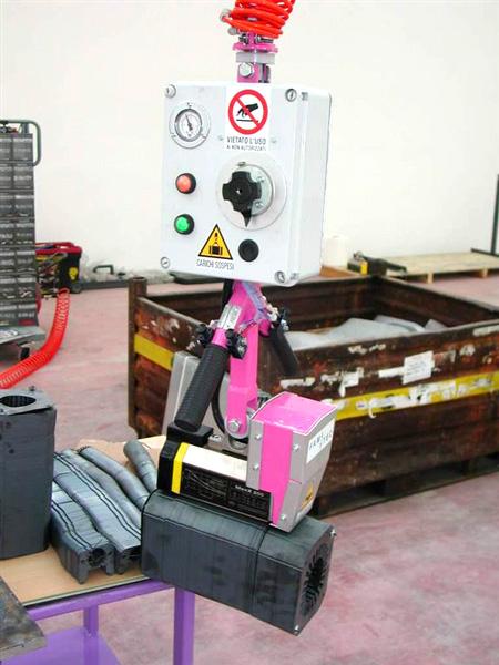 Control de un manipulador ingrávido de cables con imán