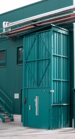 Plataforma elevadora con cerramiento exterior