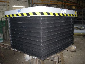 Mesa elevadora de tijera con fuelle perimetral de protección