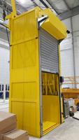 Puerta enrollable interior gris y amarilla