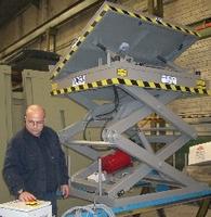 Mesa elevadora de tijera doble con plato inclinable hidráulico