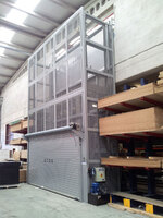 Elevadora PLT doble bastidor. Puerta enrollable