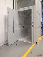 Puerta Batiente en elevador de cargas PLT