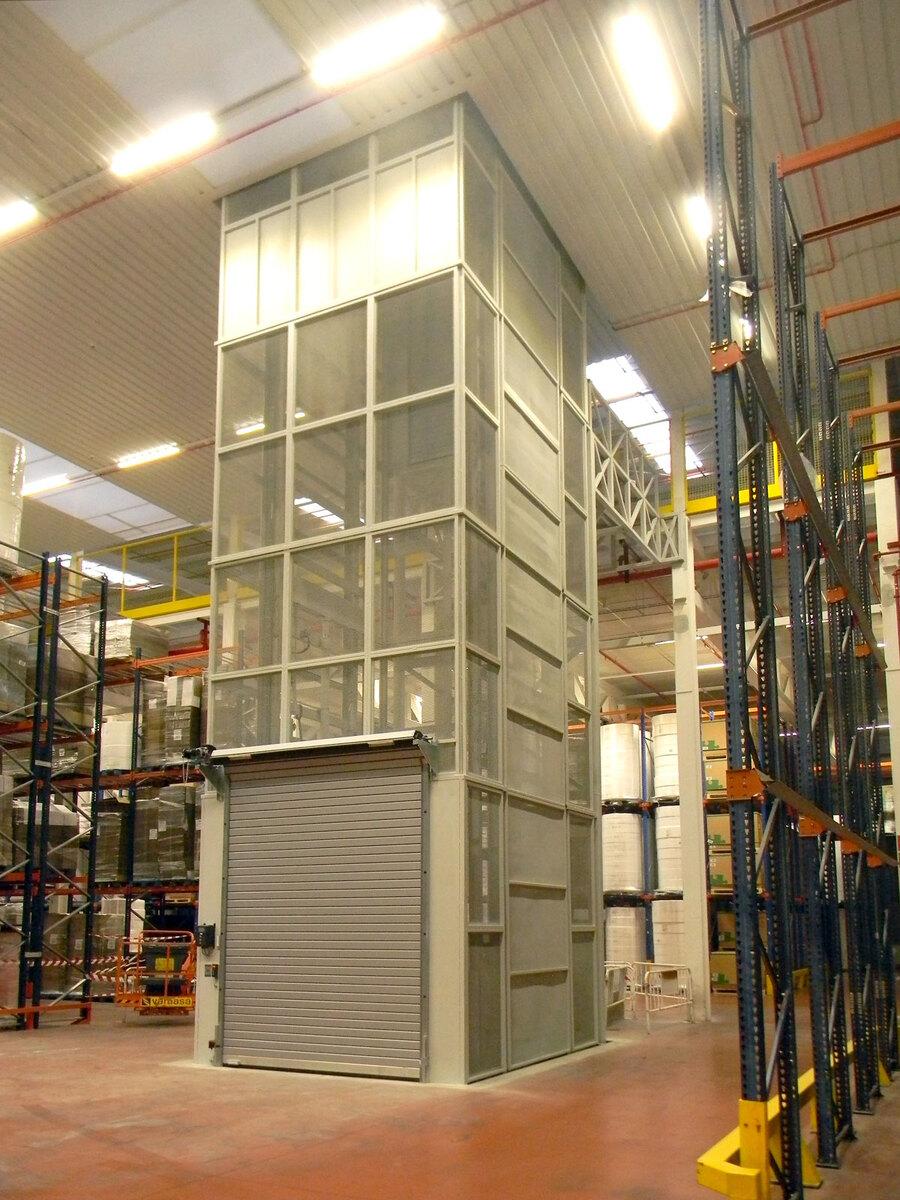 Plataforma elevadora PLT con puerta enrollable