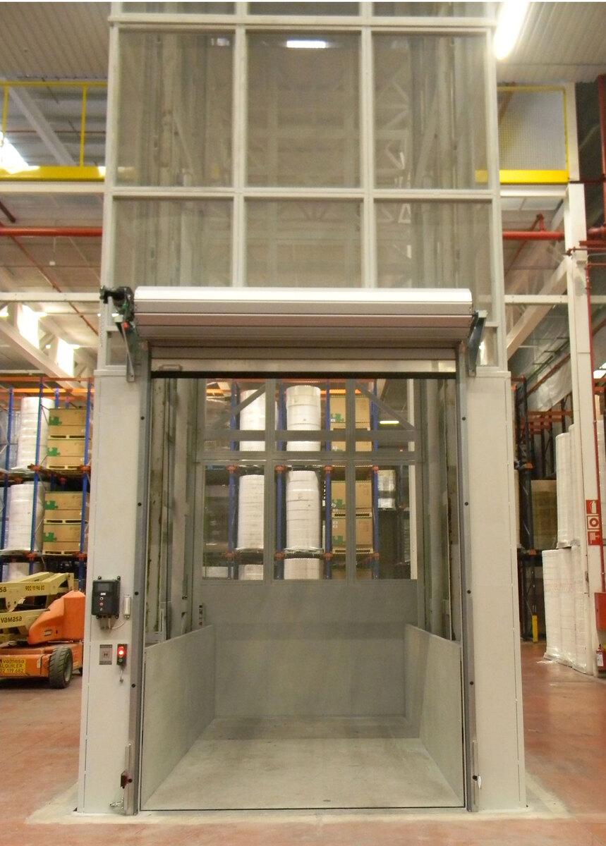 Plataforma elevadora PLT con puerta enrollable abierta