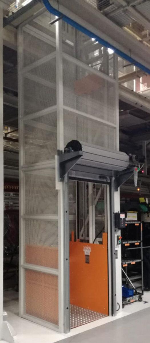 Elevador PLT-S de Vinca con puerta enrollable motorizada