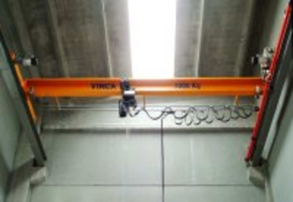 Crane bridge optionally with chain hoist