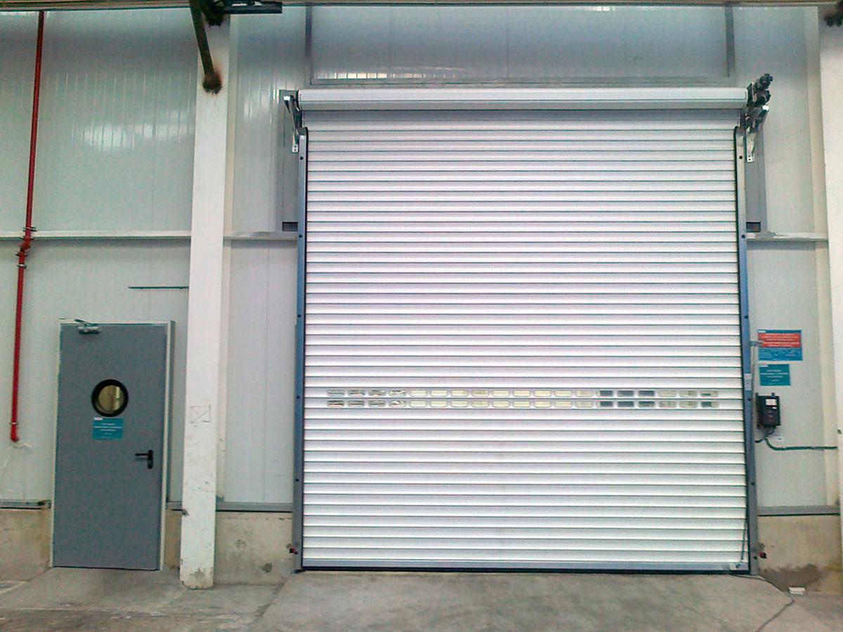 Puerta enrollable aluminio cerrada