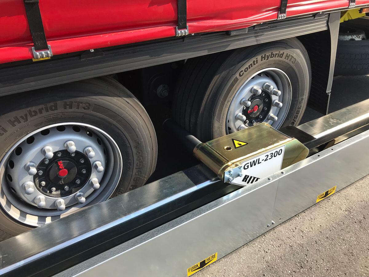 WHEEL-LOK bloqueando la rueda del trailer